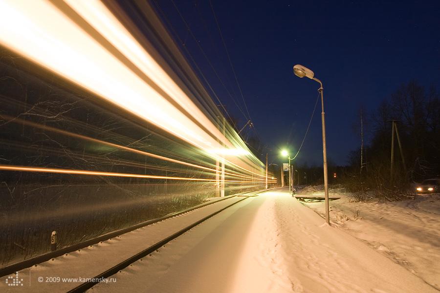 Дмитровская платформа станции 81 км, прибытие поезда, ночное фото