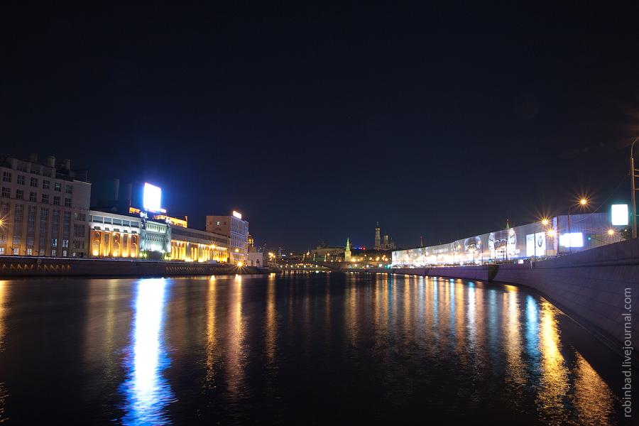 Вид на Москворецкую и Раушскую набережные с воды Москвы-реки