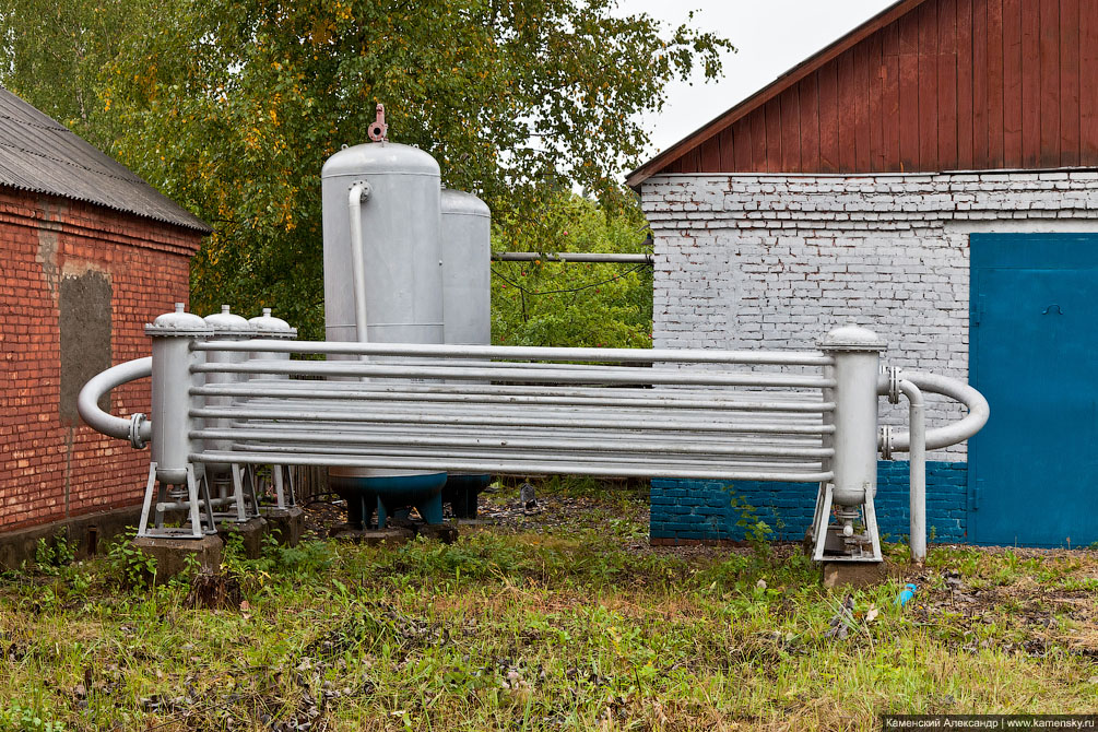 На переднем плане много трубочек - это охладитель, сзади слева два резервуара и здание компрессорной станции сжатого воздуха.