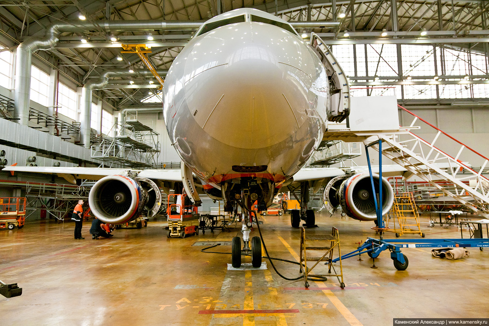 Airbus A320 Аэрофлот в ангаре на обслуживании