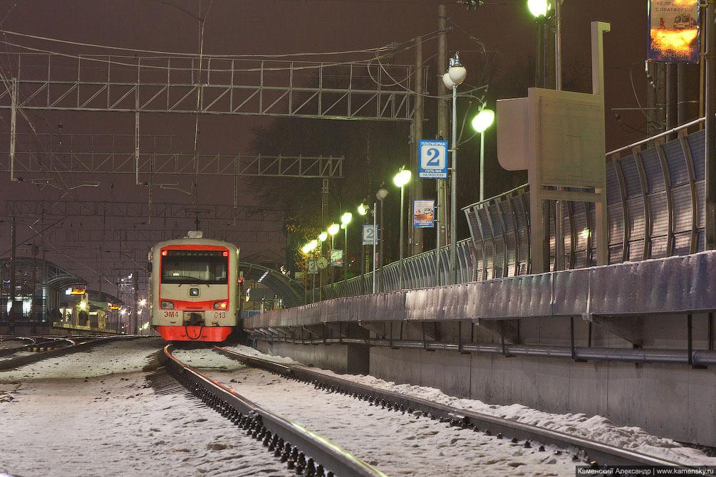 Начало года, железная дорога, ночные фотографии, январь, интересные кадры, Спутник ЭМ4-013 мокнет у платформы на станции Пушкино